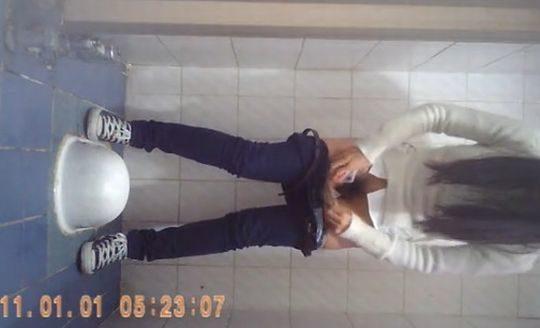 """【オープン盗撮】これが中国伝統の""""ニーハオトイレ""""、完全に目が合っててワロタwwwwwwww(画像あり)・17枚目"""