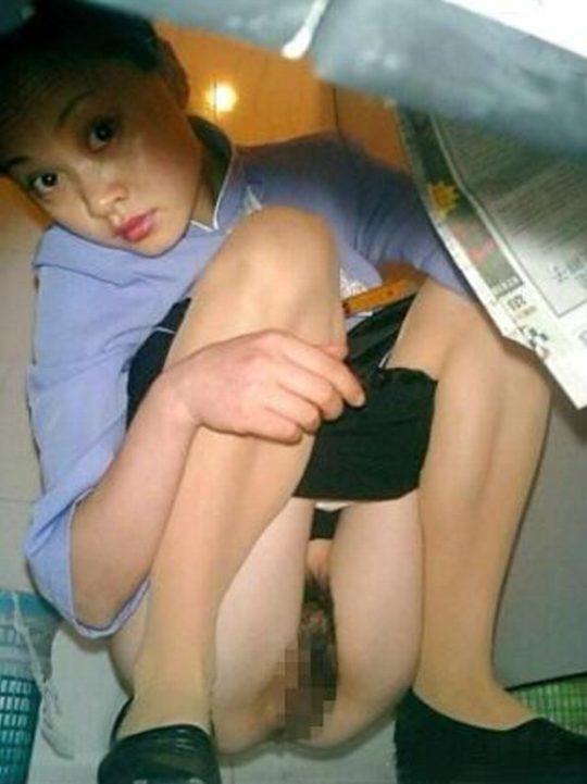 """【オープン盗撮】これが中国伝統の""""ニーハオトイレ""""、完全に目が合っててワロタwwwwwwww(画像あり)・25枚目"""