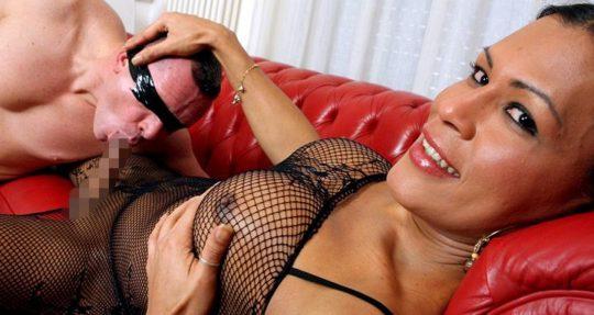 【顔芸】相手が美人ニューハーフならフェラ出来るって奴、舐めてる顔は完全にホモの顔でワロタwwwwwww(画像あり)・4枚目