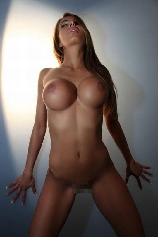 【工業製品】外国人ネキの豊胸おっぱい、下乳と胸板の境目が垂れゼロの完全な直角で草wwwwwwww(画像30枚)・21枚目