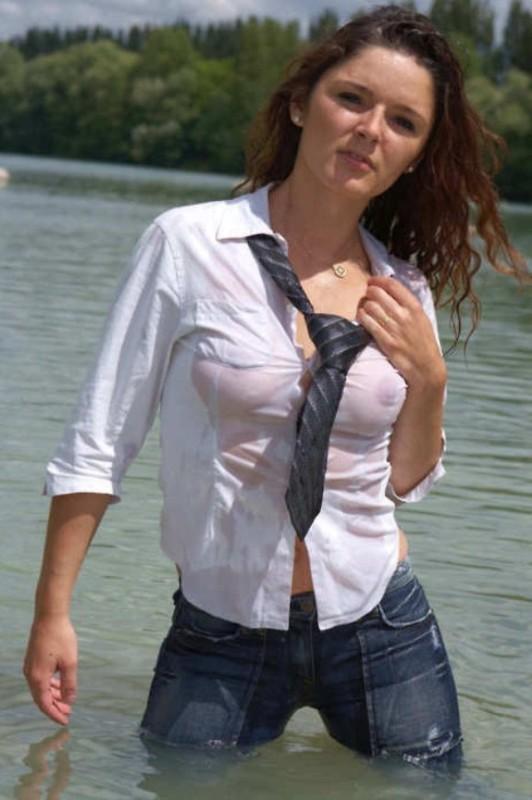 【透け乳首エロ】白人姉ちゃんのTシャツ水掛け祭りという完全なるエロイベント、乳首透けまくりでワロタwwwwwwww(画像あり)・4枚目