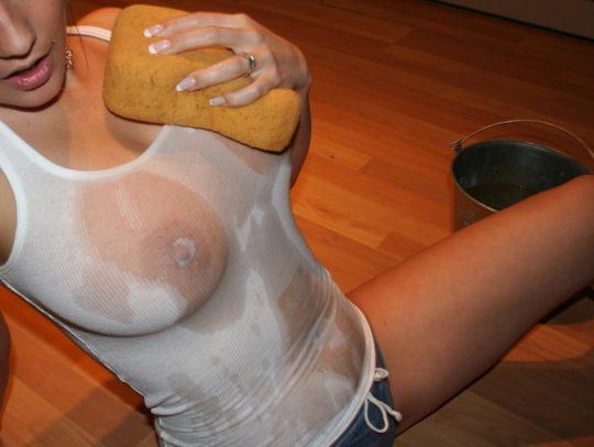 【透け乳首エロ】白人姉ちゃんのTシャツ水掛け祭りという完全なるエロイベント、乳首透けまくりでワロタwwwwwwww(画像あり)・10枚目