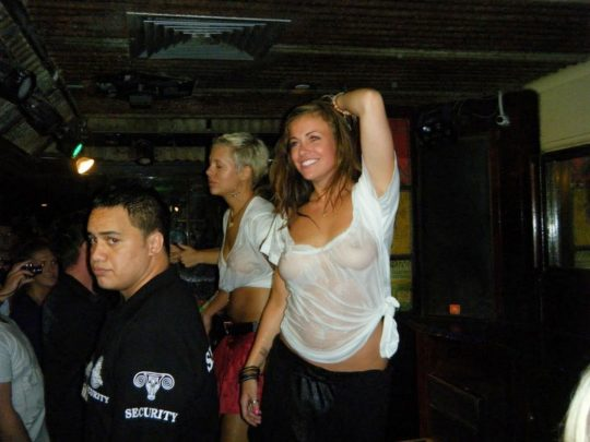 【透け乳首エロ】白人姉ちゃんのTシャツ水掛け祭りという完全なるエロイベント、乳首透けまくりでワロタwwwwwwww(画像あり)・15枚目
