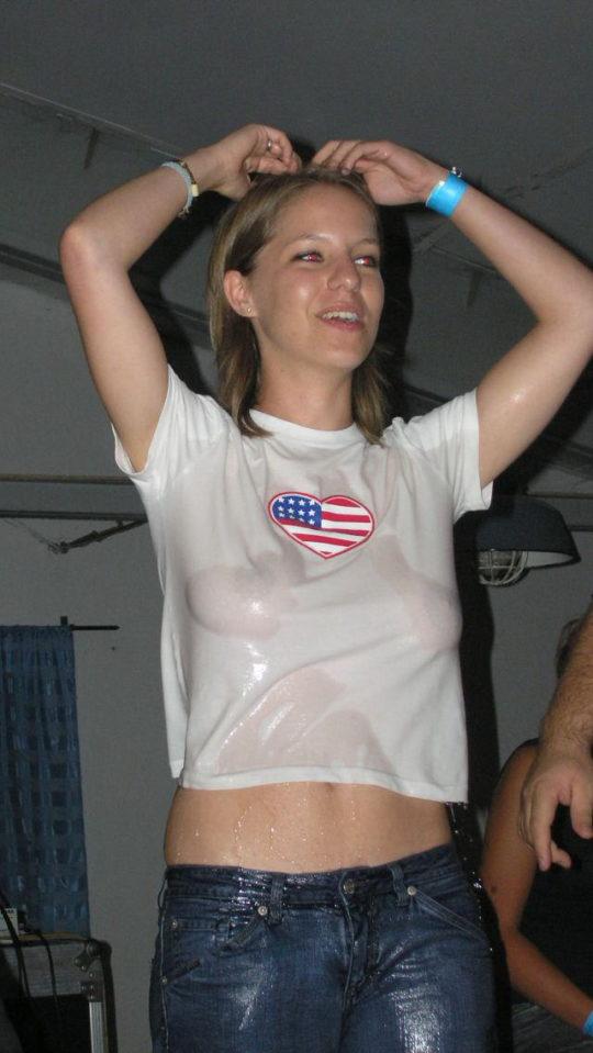 【透け乳首エロ】白人姉ちゃんのTシャツ水掛け祭りという完全なるエロイベント、乳首透けまくりでワロタwwwwwwww(画像あり)・24枚目