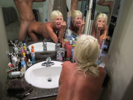 【拡散上等】鏡の前で顔出し余裕のハメ撮りしちゃう外人カップル、こいつ等心臓強過ぎだろwwwwwwwwww(画像25枚)・10枚目