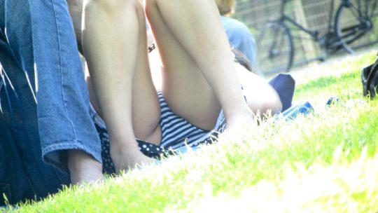 【盗撮不可避】公園の芝生で日光浴中の外人ネキ、色々見えてて盗撮捗りまくりwwwwwwww(画像30枚)・1枚目
