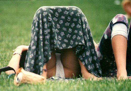 【盗撮不可避】公園の芝生で日光浴中の外人ネキ、色々見えてて盗撮捗りまくりwwwwwwww(画像30枚)・3枚目