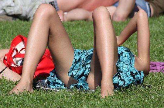 【盗撮不可避】公園の芝生で日光浴中の外人ネキ、色々見えてて盗撮捗りまくりwwwwwwww(画像30枚)・14枚目
