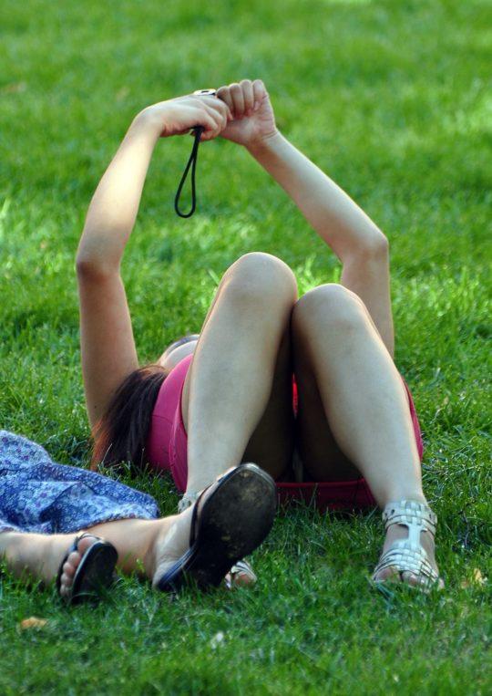 【盗撮不可避】公園の芝生で日光浴中の外人ネキ、色々見えてて盗撮捗りまくりwwwwwwww(画像30枚)・15枚目