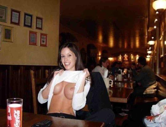 【見れたらラッキー】レストランやマックでおっぱい見せる外人まんさん、心臓強すぎワロタwwwwwwwww(画像あり)・2枚目