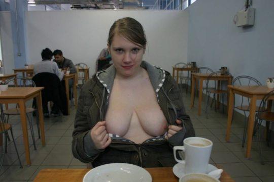 【見れたらラッキー】レストランやマックでおっぱい見せる外人まんさん、心臓強すぎワロタwwwwwwwww(画像あり)・4枚目
