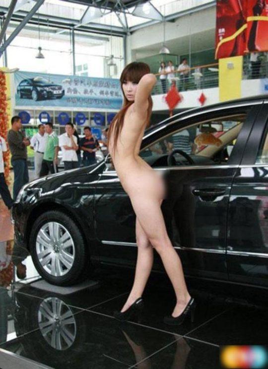 【残当定期】痴女も真っ青な中国モーターショーキャンギャルの衣装、そりゃこんなん取り締まられるわwwwwwwww(画像あり)・2枚目