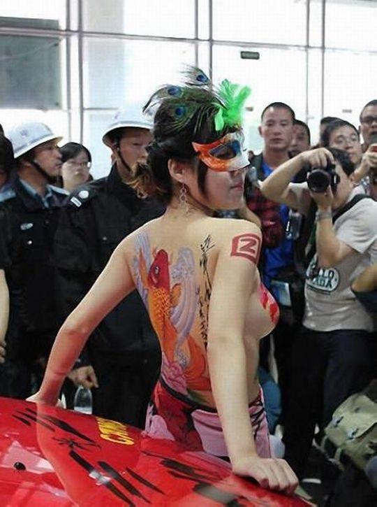 【残当定期】痴女も真っ青な中国モーターショーキャンギャルの衣装、そりゃこんなん取り締まられるわwwwwwwww(画像あり)・3枚目