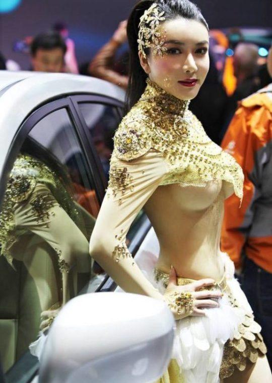 【残当定期】痴女も真っ青な中国モーターショーキャンギャルの衣装、そりゃこんなん取り締まられるわwwwwwwww(画像あり)・4枚目