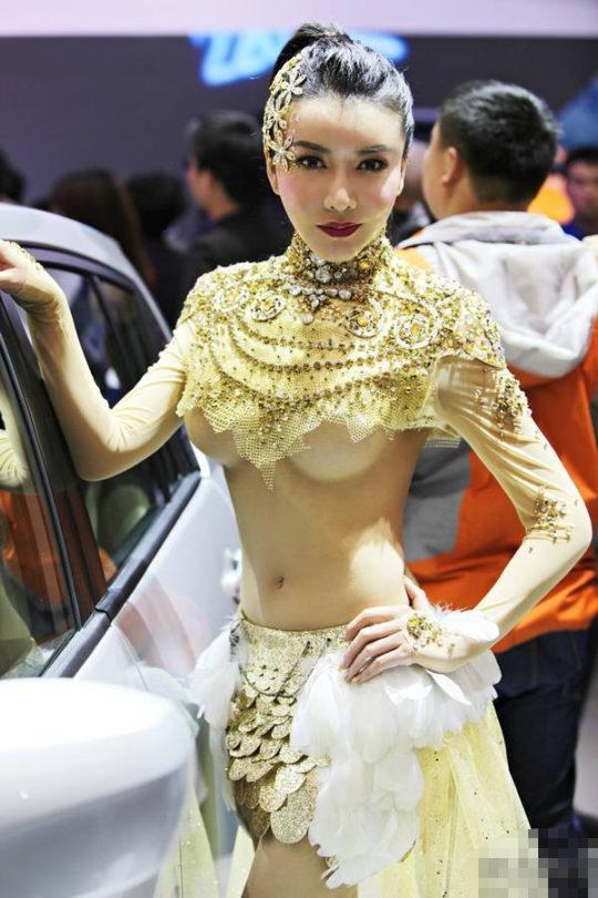 【残当定期】痴女も真っ青な中国モーターショーキャンギャルの衣装、そりゃこんなん取り締まられるわwwwwwwww(画像あり)・5枚目