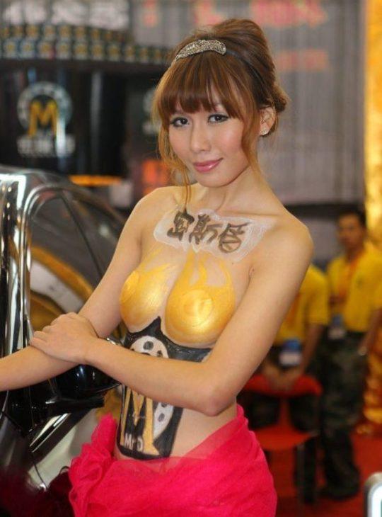 【残当定期】痴女も真っ青な中国モーターショーキャンギャルの衣装、そりゃこんなん取り締まられるわwwwwwwww(画像あり)・6枚目
