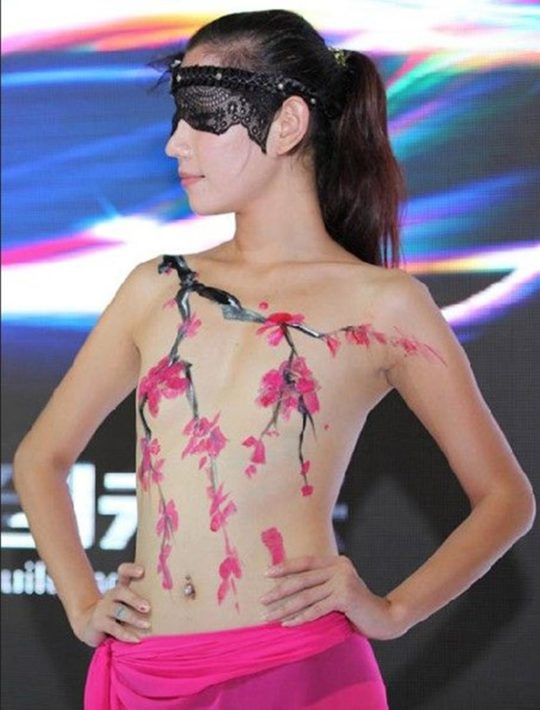 【残当定期】痴女も真っ青な中国モーターショーキャンギャルの衣装、そりゃこんなん取り締まられるわwwwwwwww(画像あり)・11枚目