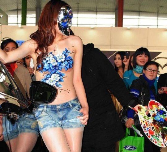 【残当定期】痴女も真っ青な中国モーターショーキャンギャルの衣装、そりゃこんなん取り締まられるわwwwwwwww(画像あり)・12枚目