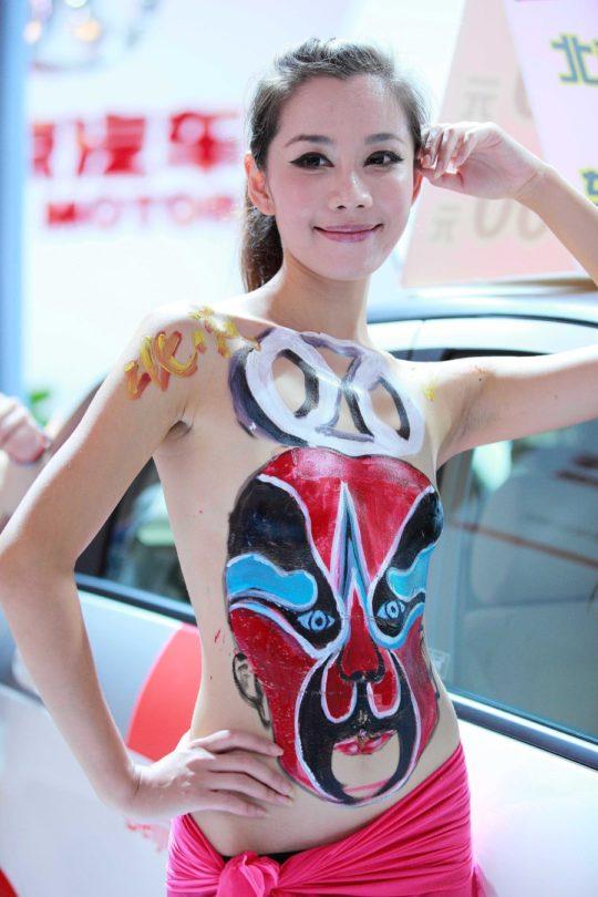 【残当定期】痴女も真っ青な中国モーターショーキャンギャルの衣装、そりゃこんなん取り締まられるわwwwwwwww(画像あり)・13枚目