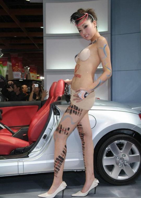 【残当定期】痴女も真っ青な中国モーターショーキャンギャルの衣装、そりゃこんなん取り締まられるわwwwwwwww(画像あり)・14枚目