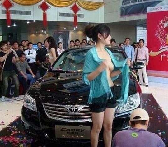 【残当定期】痴女も真っ青な中国モーターショーキャンギャルの衣装、そりゃこんなん取り締まられるわwwwwwwww(画像あり)・16枚目
