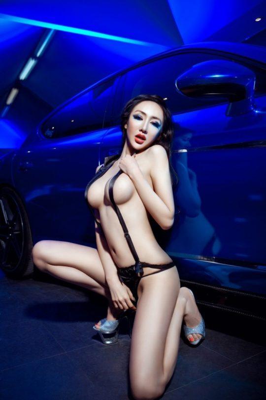 【残当定期】痴女も真っ青な中国モーターショーキャンギャルの衣装、そりゃこんなん取り締まられるわwwwwwwww(画像あり)・17枚目