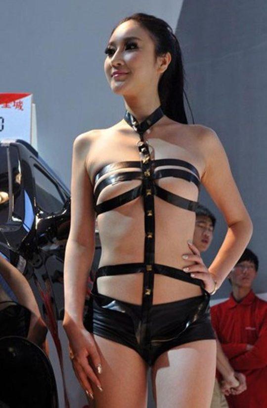 【残当定期】痴女も真っ青な中国モーターショーキャンギャルの衣装、そりゃこんなん取り締まられるわwwwwwwww(画像あり)・19枚目