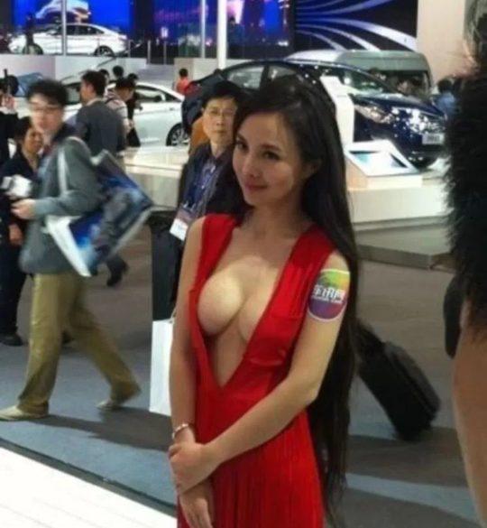 【残当定期】痴女も真っ青な中国モーターショーキャンギャルの衣装、そりゃこんなん取り締まられるわwwwwwwww(画像あり)・21枚目