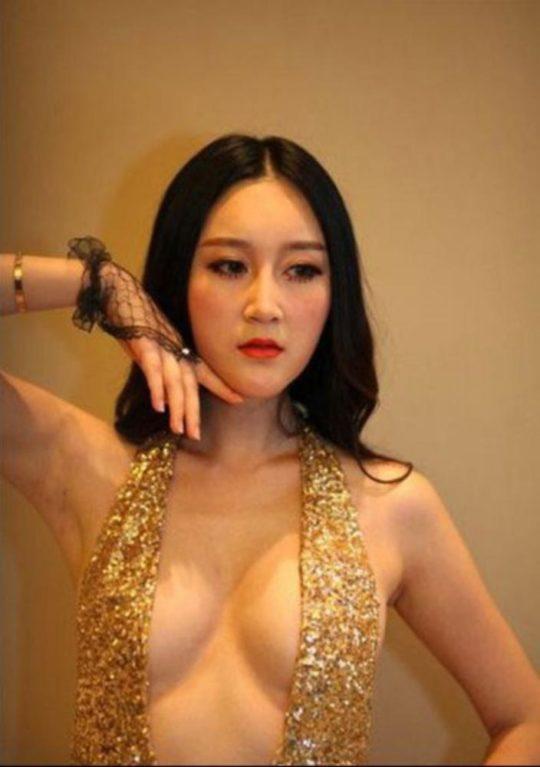 【残当定期】痴女も真っ青な中国モーターショーキャンギャルの衣装、そりゃこんなん取り締まられるわwwwwwwww(画像あり)・22枚目