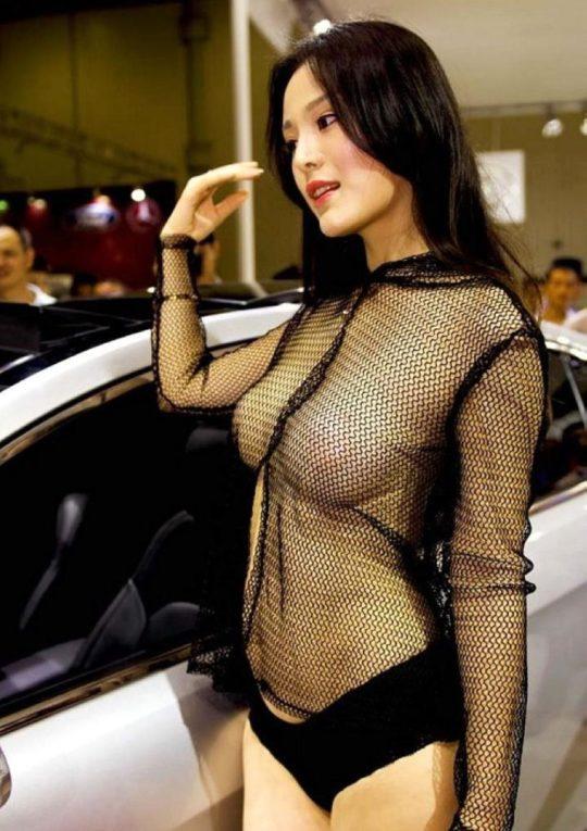 【残当定期】痴女も真っ青な中国モーターショーキャンギャルの衣装、そりゃこんなん取り締まられるわwwwwwwww(画像あり)・24枚目