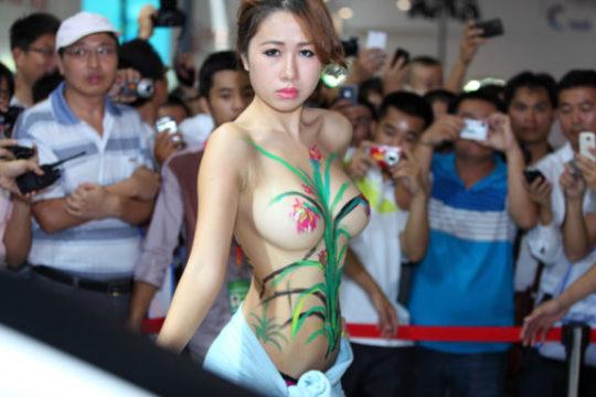 【残当定期】痴女も真っ青な中国モーターショーキャンギャルの衣装、そりゃこんなん取り締まられるわwwwwwwww(画像あり)・26枚目