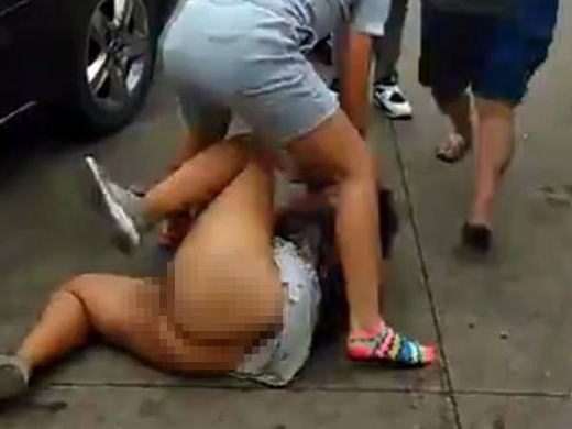 【※胸糞注意】沖縄の中学生、ノーパン女子をフルボッコにする問題のシーン・・・(GIFあり)