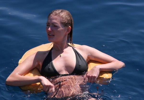 (えろ写真)ビーチで遊ぶ海外まんさん、ビーチク透けてても全く気にしないという事実wwwwwwwwwwwwwwwwwwwwwwwwww
