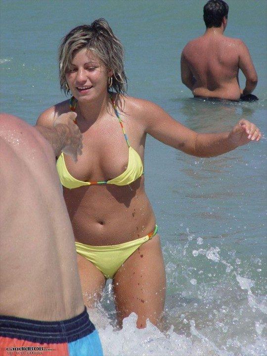 【ラッキースケベ】ビキニが大波にさらわれた瞬間を逃さず捉える海外の盗撮ニキ、凄腕過ぎワロタwwwwwww(画像30枚)・19枚目