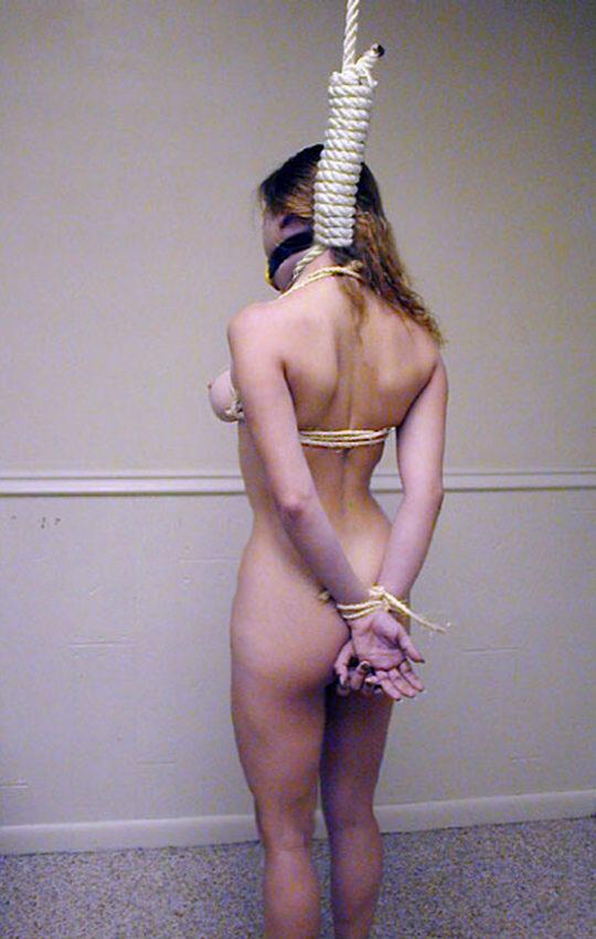 【死ぬ死ぬ】外国人ガチ勢の首絞めプレイ、これ完全に首吊りでワロタwwwwwww(画像あり)・3枚目