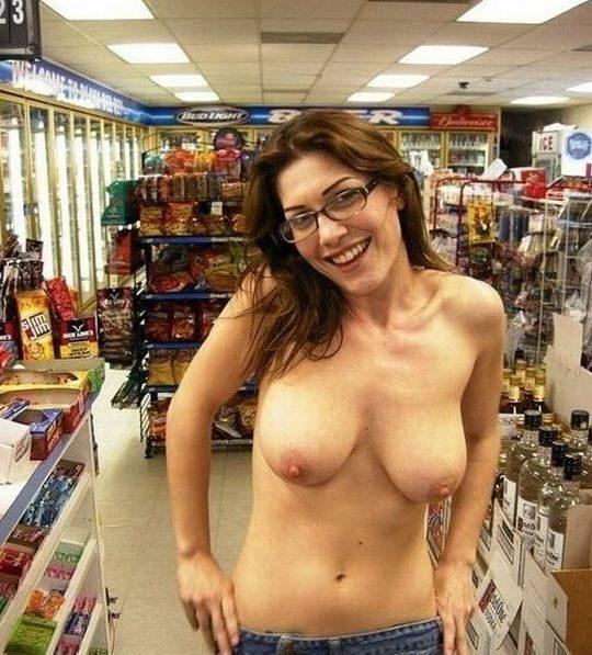 【パイ見せ痴女】スーパーやレストラン店内で彼氏におっぱい見せる外人ネキ、キュートな笑顔に勃起不可避wwwwwww(画像30枚)・9枚目
