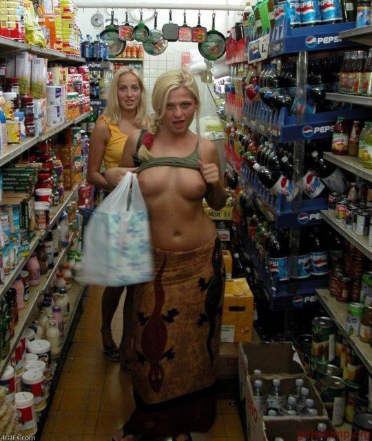 【パイ見せ痴女】スーパーやレストラン店内で彼氏におっぱい見せる外人ネキ、キュートな笑顔に勃起不可避wwwwwww(画像30枚)・13枚目