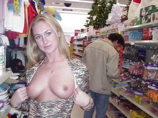 【パイ見せ痴女】スーパーやレストラン店内で彼氏におっぱい見せる外人ネキ、キュートな笑顔に勃起不可避wwwwwww(画像30枚)・25枚目