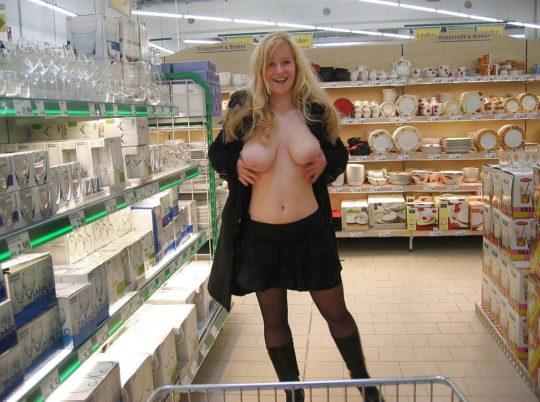 【パイ見せ痴女】スーパーやレストラン店内で彼氏におっぱい見せる外人ネキ、キュートな笑顔に勃起不可避wwwwwww(画像30枚)・28枚目