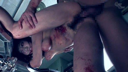 """【ホラーAV】海外ドラマ""""ウォーキングデッド""""に影響を受けたゾンビ姦、特殊メイクがガチ過ぎてワイ将全く勃起せず・・・・・(画像、GIF100枚)・3枚目"""