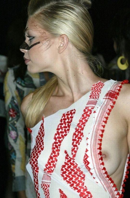 【隠す気ゼロ】ノーブラ主義を貫く外人まんさんの乳首チラ、見せる気マンマンで草wwwwwww(画像30枚)・6枚目