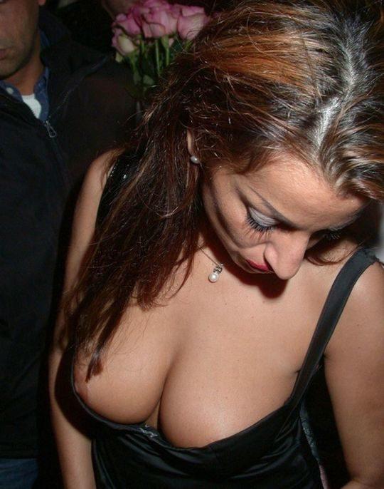 【隠す気ゼロ】ノーブラ主義を貫く外人まんさんの乳首チラ、見せる気マンマンで草wwwwwww(画像30枚)・8枚目