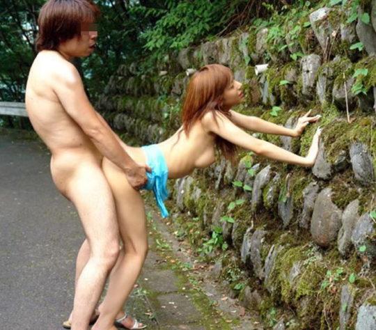 【猛者】この季節にマッパで野外セックスする奴、やぶ蚊のバイキング状態で草wwwwwww(画像30枚)・11枚目