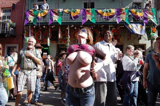 """【天国】ニューオリンズのおっぱい祭り""""マルディグラ""""、ワイこれ見て渡米を決意wwwwwww(画像30枚)・4枚目"""