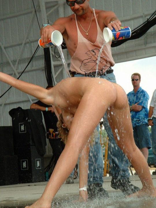 【露出イベント】本場アメリカで開催された野外ストリップイベント、普通にセックスしてる奴いて草wwwwwww(画像あり)・3枚目
