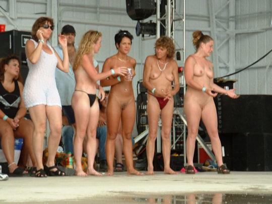 【露出イベント】本場アメリカで開催された野外ストリップイベント、普通にセックスしてる奴いて草wwwwwww(画像あり)・7枚目