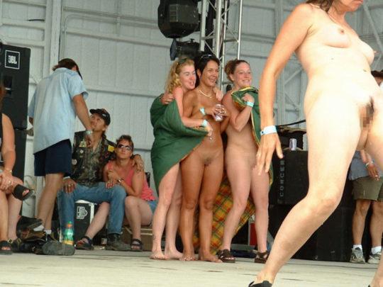 【露出イベント】本場アメリカで開催された野外ストリップイベント、普通にセックスしてる奴いて草wwwwwww(画像あり)・8枚目