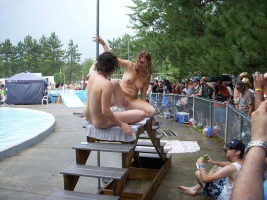 【露出イベント】本場アメリカで開催された野外ストリップイベント、普通にセックスしてる奴いて草wwwwwww(画像あり)・12枚目