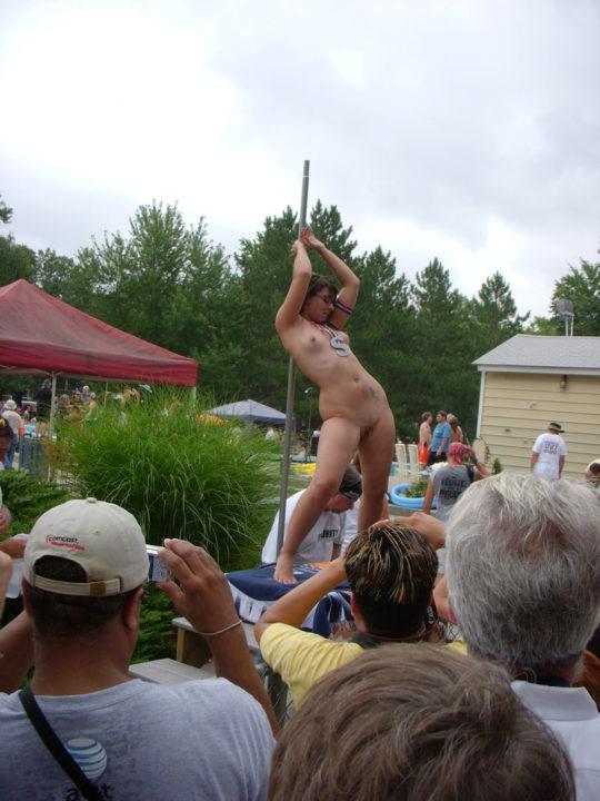 【露出イベント】本場アメリカで開催された野外ストリップイベント、普通にセックスしてる奴いて草wwwwwww(画像あり)・18枚目