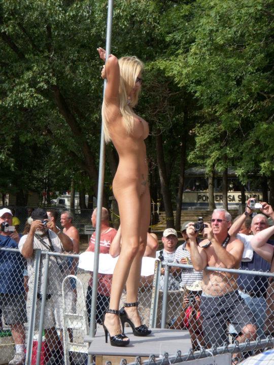 【露出イベント】本場アメリカで開催された野外ストリップイベント、普通にセックスしてる奴いて草wwwwwww(画像あり)・21枚目